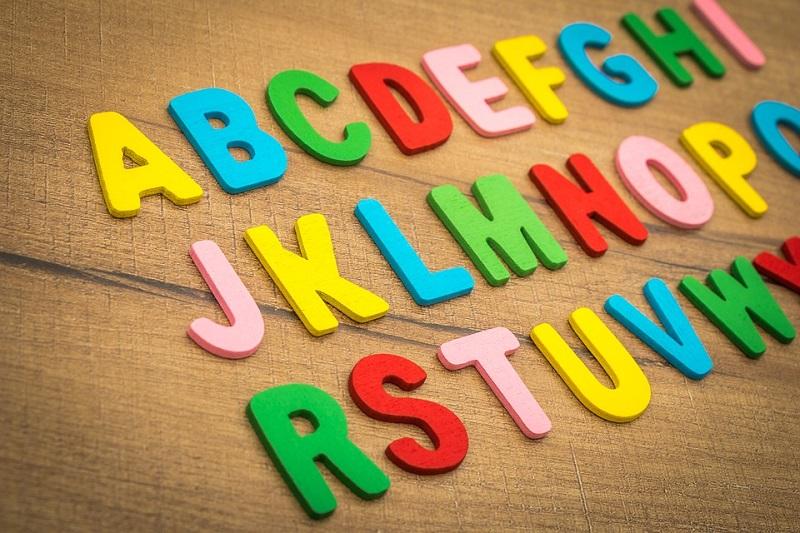 uzsienio kalbos vaikams stalvotos raides ant lentos